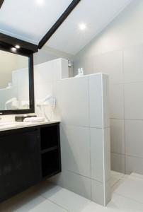 Plantation Island Resort – Beachfront Bure Bathroom